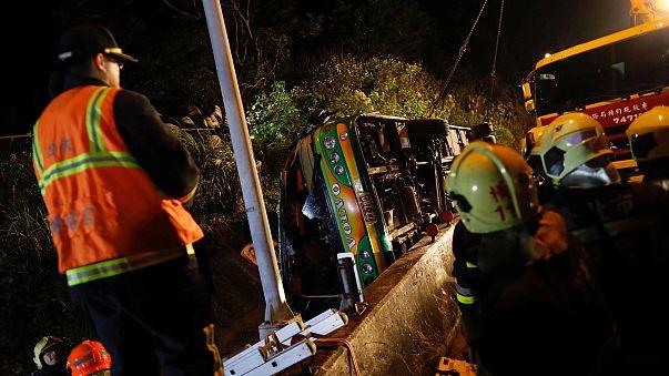 مصرع 32 شخصا جراء انقلاب حافلة سياحية بتايوان