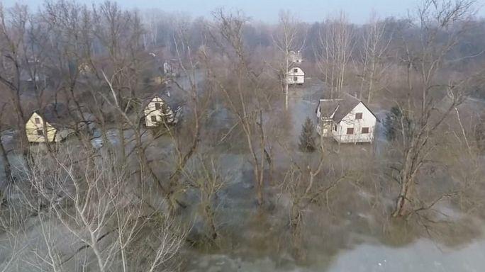Alerta de inundación en 500 kilómetros de ríos helados en el este de Hungría