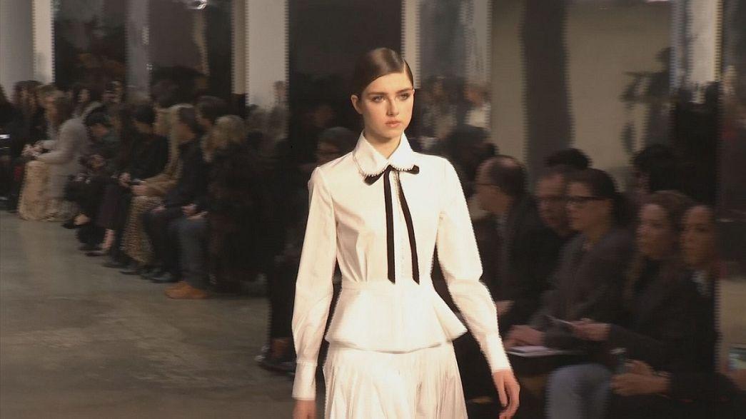 A camisa branca de Carolina Herrera na semana da moda de Nova Iorque