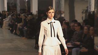 Wahre Eleganz: Eine weiße Bluse von Carolina Herrera