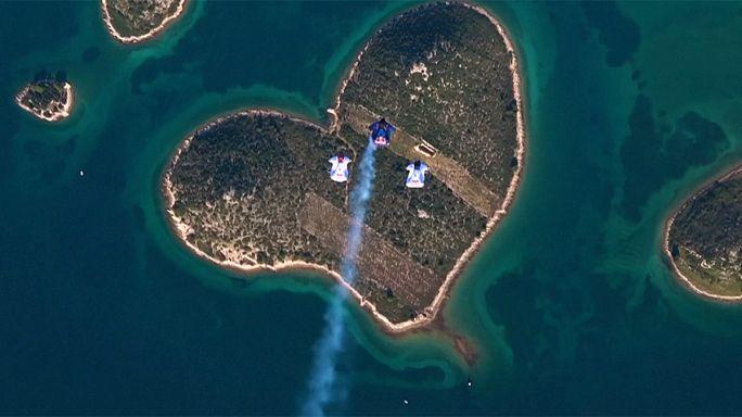 Прыжок с парашютом на остров в форме сердца в день Святого Валентина