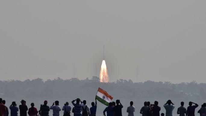 Hindistan bir kerede uzaya 104 uydu fırlatarak rekor kırdı