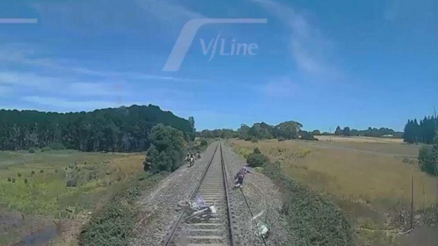 مشاهدة: سائق نجا من الموت عن طريق القفز من دراجة نارية في طريق قطار
