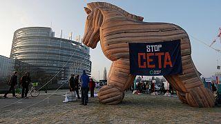 المعارضون يشبهون اتفاقية التبادل الإقتصادي والتجاري الحر بين الإتحاد الأوروبي وكندا بحصان طروادة