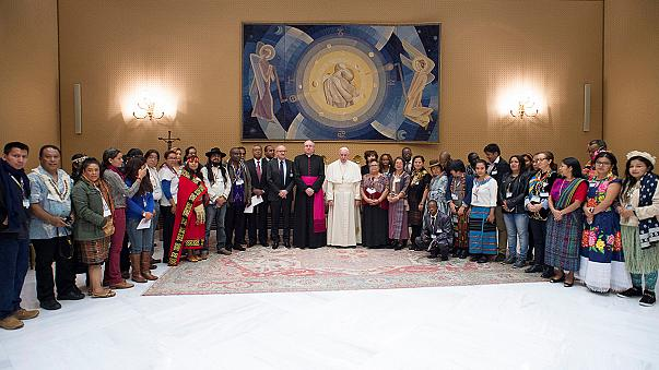 Papa Francis Amerikalı yerlileri Vatikan'da kabul etti