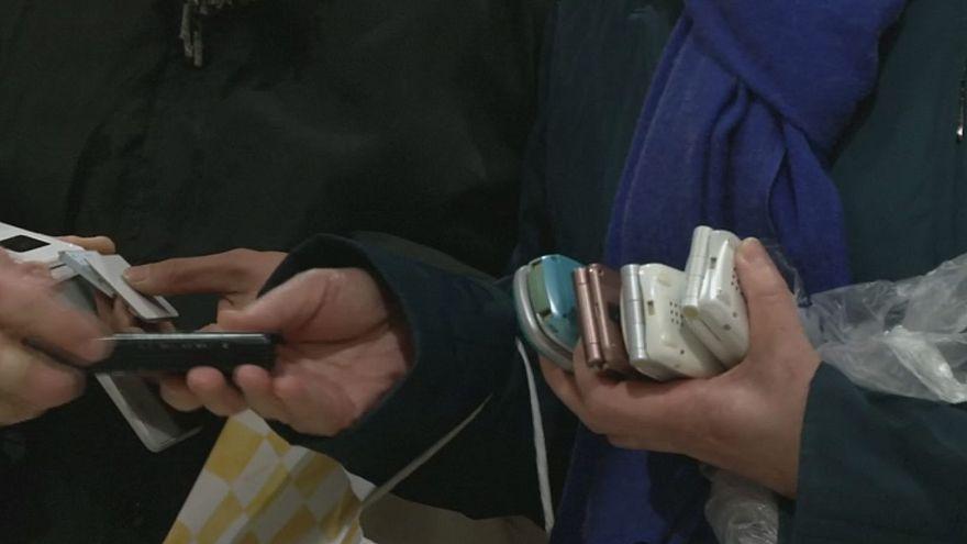 """Tokio responde con viejos teléfonos móviles a """"la llamada"""" del oro olímpico"""