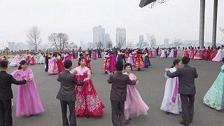 Corée du Nord : ils dansent dans la rue en mémoire de Kim Jong II