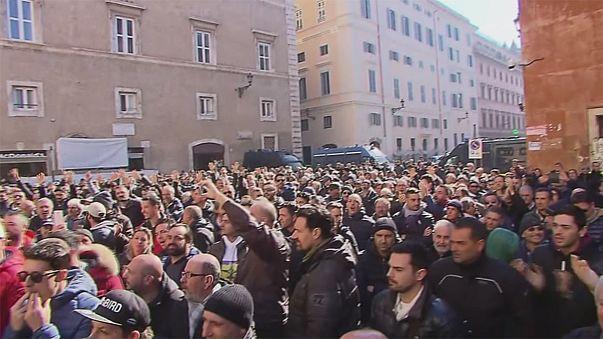 Protesta de los taxistas italianos ante el Senado por la suspensión de una ley anti-Uber