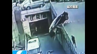 [Watch] Mother and child escape falling car