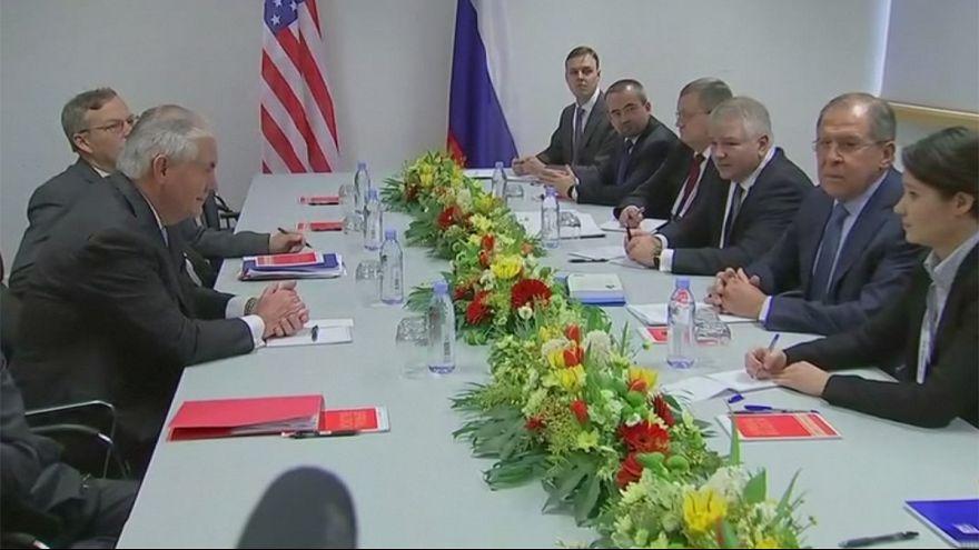 Lavrov/Tillerson: az első hivatalos kézfogás Bonnban