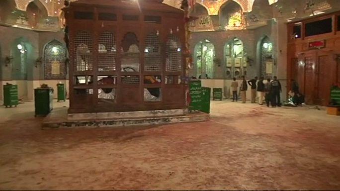 Pakistan'da türbeye saldırı