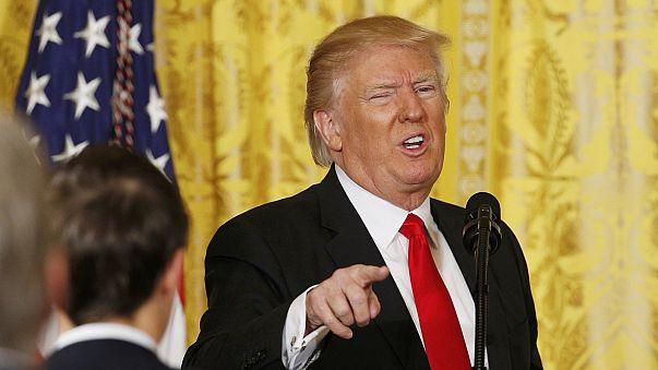 Media sotto attacco nella conferenza stampa improvvisata di Trump