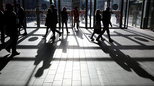 Regno Unito: calano - inaspettatamente - le vendite al dettaglio, economia rallenta