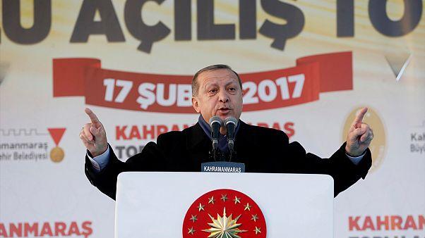 Erdogan lancia la campagna per il referendum: chi vota no fa il gioco dei terroristi