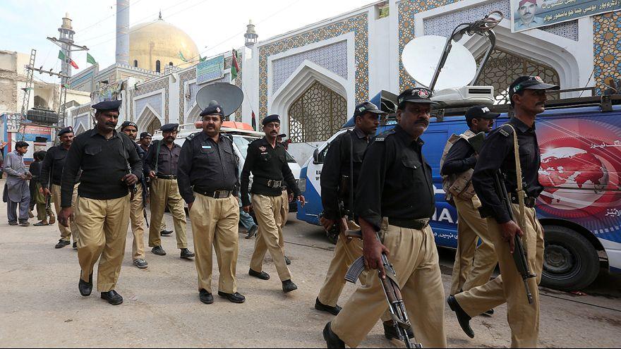 باكستان تعلن قتل مئة مسلح بعد تفجير المزار الصوفي في السند