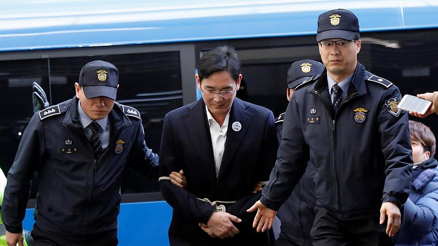 Samsung tepe yöneticisi halatla bağlanmış olarak hakim önünde