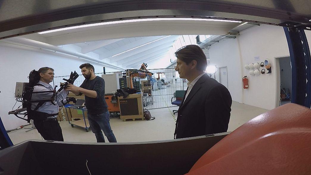 «روبات همکار» به کارگران صنعتی برای جابه جایی اجسام سنگین کمک می کند