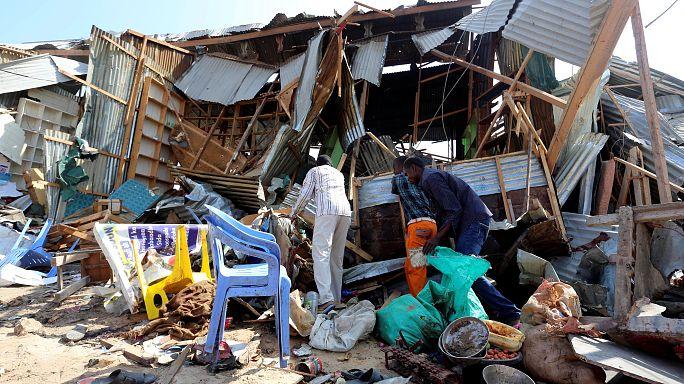 Bombát robbantottak egy piacon Mogadisuban