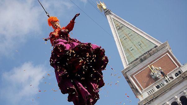 """Itália: """"Voo do anjo"""" deslumbra os foliões do carnaval de Veneza"""