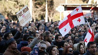 احتجاجات في العاصمة الجورجية مساندةً لقناة تلفزيونية معارِضة مهدَّدة بالترويض