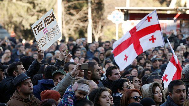 Geórgia: Milhares nas ruas para apoiar canal de TV em 'perigo'