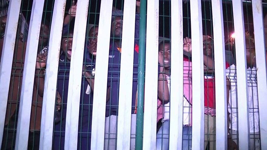 Unas 350 personas cruzan la valla de Ceuta