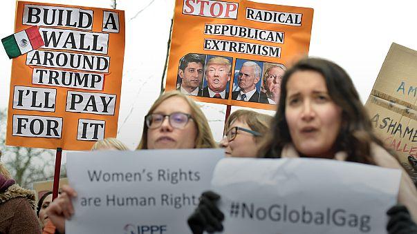 Aktivisten demonstrieren gegen Pence-Besuch in Brüssel