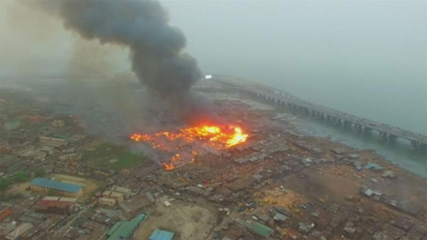 Un incendio arrasa decenas de chabolas en Lagos