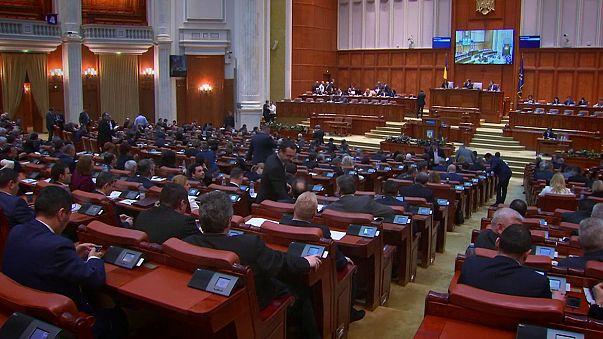 Parlamento romeno rejeita decreto polémico