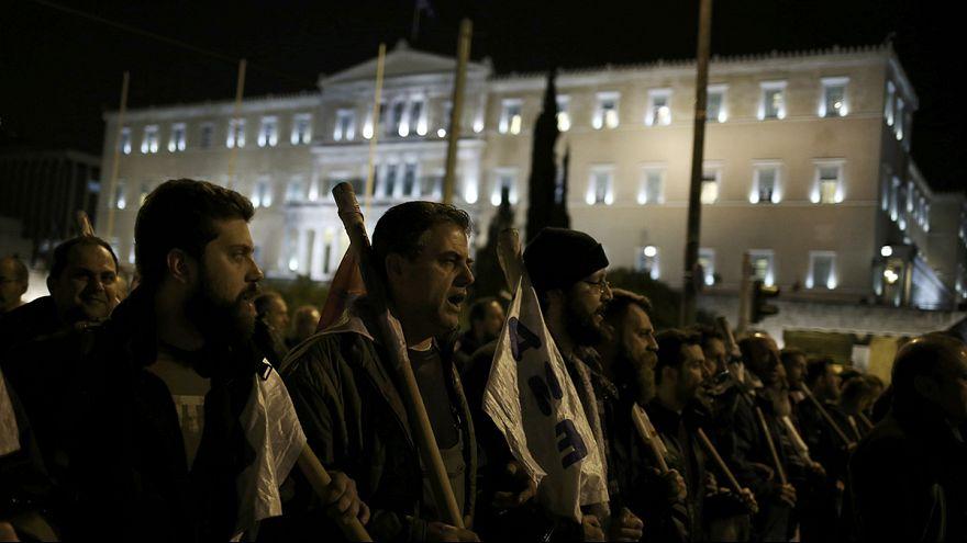 Miles de personas protestan en Atenas por las nuevas medidas