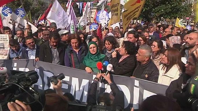 """Törökország: """"lefejezték"""" a kurdbarát pártot a referendum előtt"""