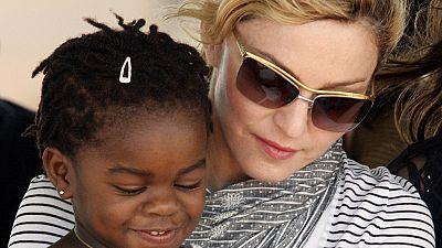 Le père des jumelles adoptées au Malawi par Madonna conteste l'adoption