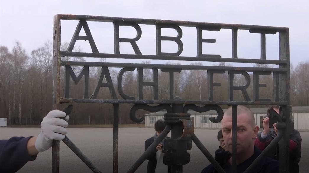 """Dachau'nun """"Çalışmak Özgür Kılar"""" yazılı çalınan kapısı geri gönderildi"""