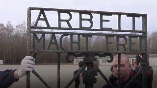 Lo storico cancello di ferro è tornato a Dachau