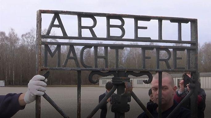 Campo de concentração de Dachau recupera portão roubado