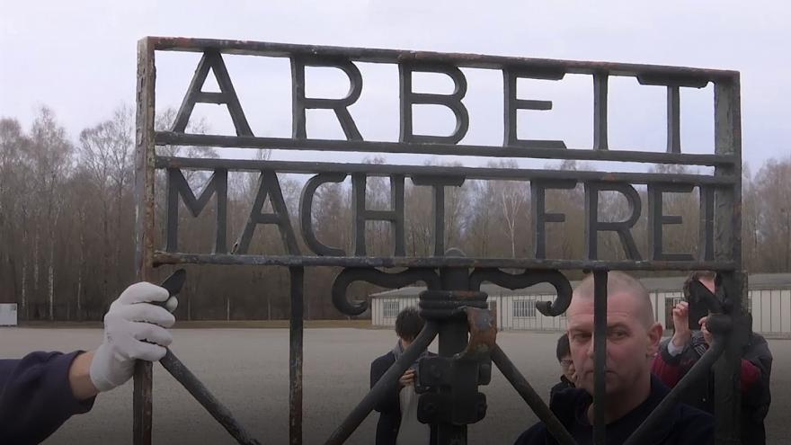 """El portalón con el lema """"El trabajo te hace libre"""" vuelve al campo nazi de Dachau"""