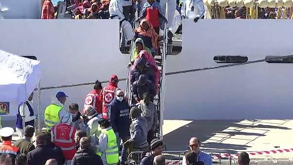 انتقال پناهجویان نجات یافته در مدیترانه به جزیره سیسیل