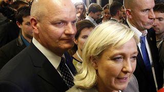 """França: chefe de gabinete de Le Pen acusada em escândalo de """"empregos fictícios"""""""