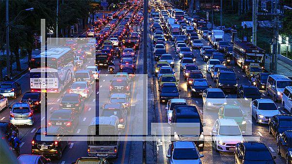 Rengeteg időt vesztegetnek a városlakók közlekedési dugókban világszerte