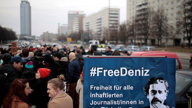 """""""Wer nicht schweigt, ist als nächster dran"""" - Deniz Yücel weiter in Haft"""