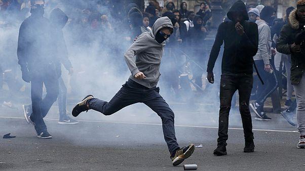 تظاهرات دبیرستانی ها در پاریس در اعتراض به بدرفتاری پلیس فرانسه با جوان سیاهپوست
