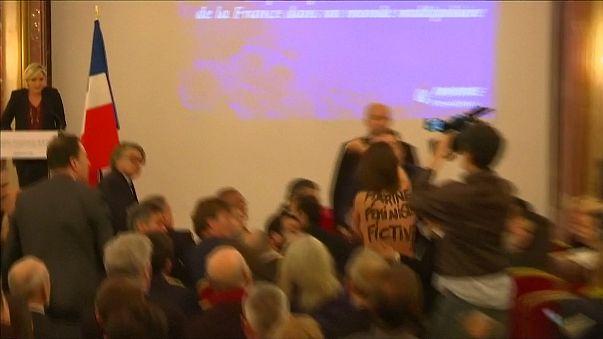 Violente expulsion d'une Femen qui interrompt une conférence de Marine Le Pen