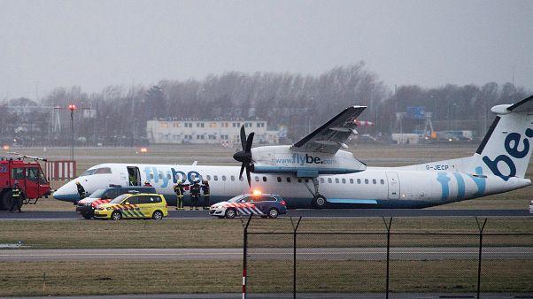Kitört a futóműve, hason csúszva landolt egy repülő Amszterdamban