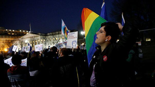 EUA: Empresas e ativistas contestam medida de Trump contra transexuais