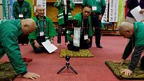 [Photos] Japan's bald-head tug-of-war contest using suction pads, red rope