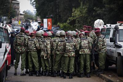 Kenyan police officers prepare enter the complex in Nairobi on Tuesday.
