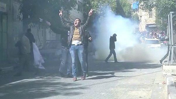 Anniversario strage di Hebron, manifestanti calpestano immagine di Donald Trump