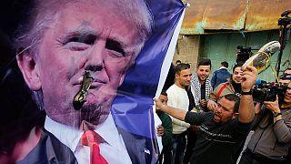 """Manifestantes palestinos lanzan zapatos """"a la cara"""" de Trump"""