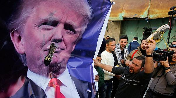 پرتاب کفش فلسطینی ها به پوستر ترامپ