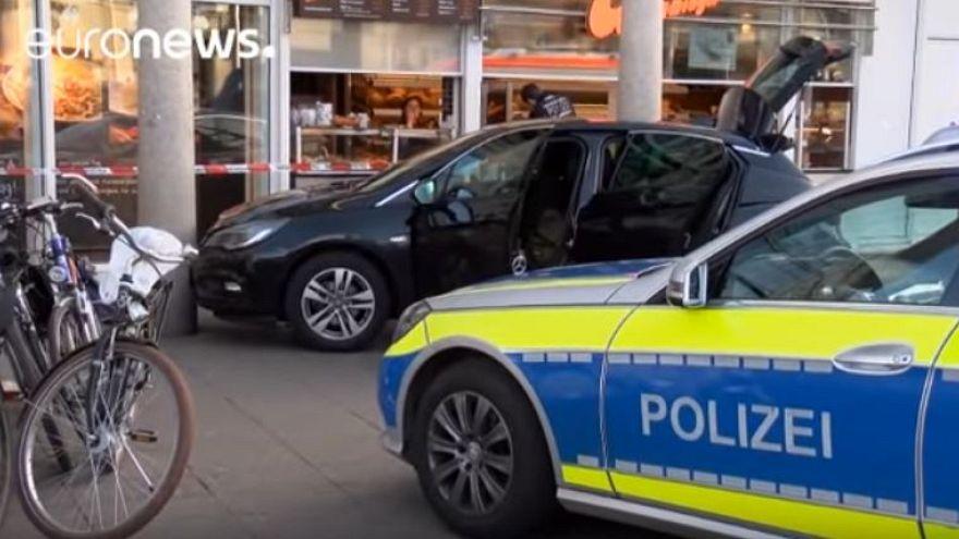 Almanya'da bir kişi arabayla kalabalığın arasına daldı